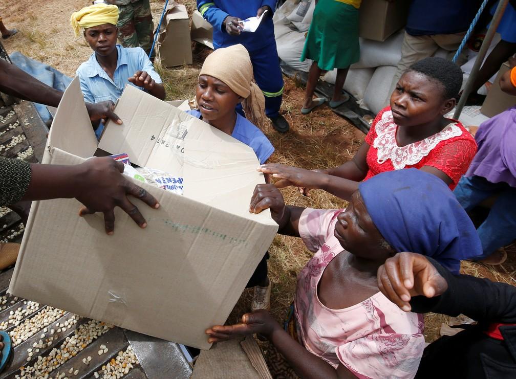 Afetados pelo ciclone Idai recebem comida e suprimentos  — Foto: REUTERS/Philimon Bulawayo