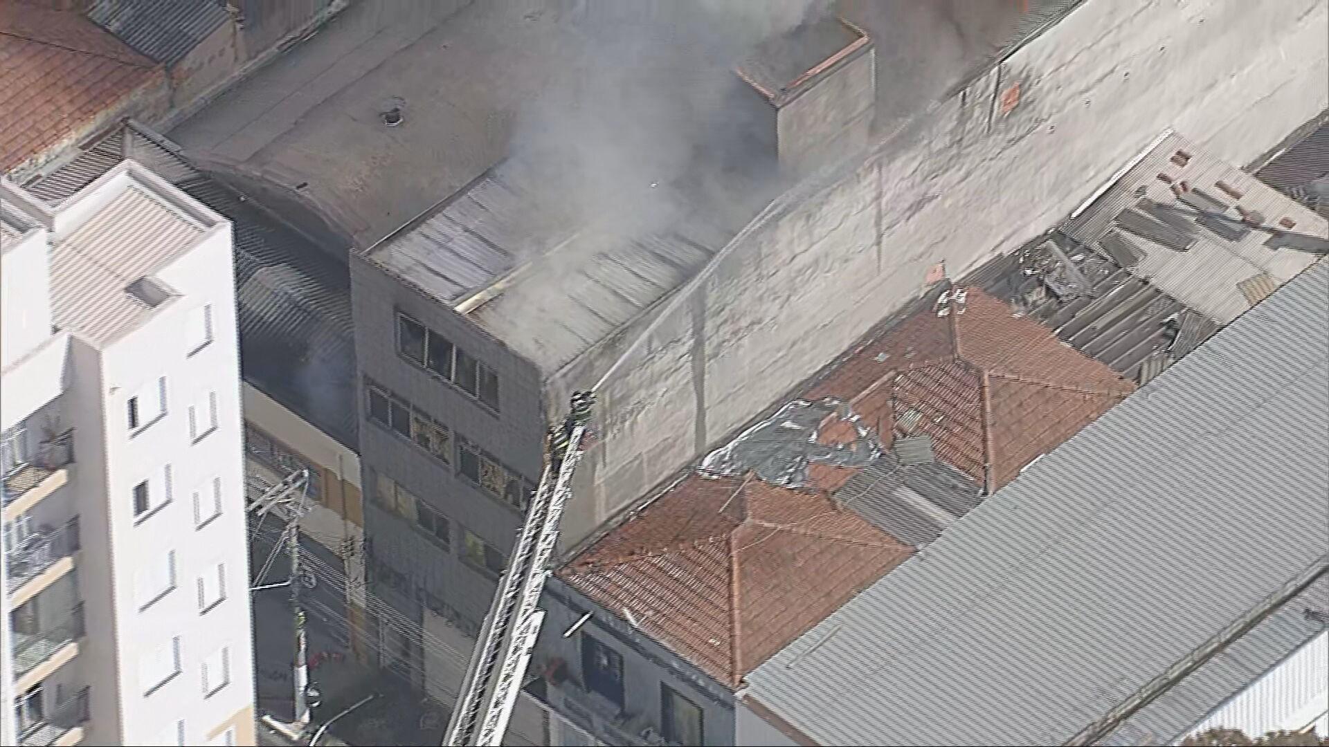 Incêndio atinge pequeno edifício no Bom Retiro, no Centro de SP