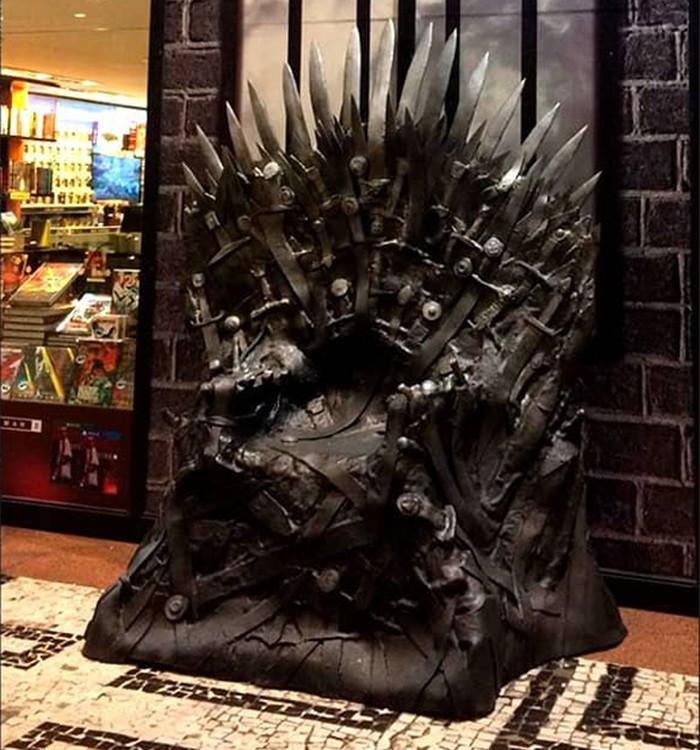 Trono de Ferro colocado em frente à livraria (Foto: Reprodução/Instagram/editorasuma)