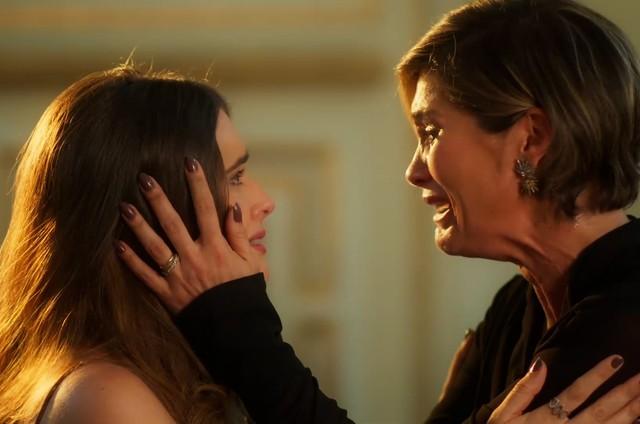 Luna (Juliana Paiva) se revela para Helena (Flávia Alessandra) (Foto: Divulgação)