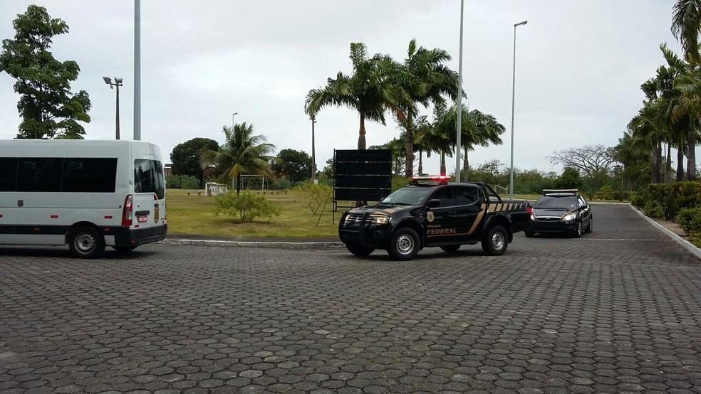 Presos são levados para audiência de custódia na Justiça Federal (Foto: Rodrigo Pires/TV Globo)