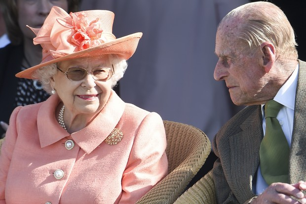 EGHAM, ENGLAND - JUNE 24: Queen Elizabeth II and Prince Philip, Duke of Edinburgh attend The OUT-SOURCING Inc Royal Windsor Cup 2018 polo match at Guards Polo Club on June 24, 2018 in Egham, England. (Photo by Antony Jones/Getty Images) (Foto: Getty Images)