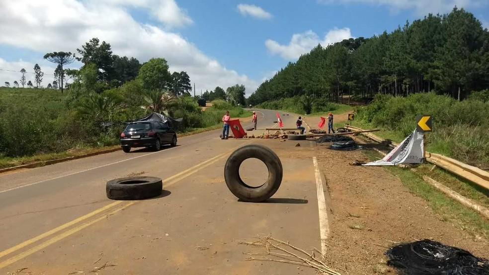 Trecho da PR-170, entre Pinhão e Guarapuava, chegou a ficar totalmente bloqueado na madrugada do sábado (9) (Foto: Victor Hugo Bittencourt/RPC)