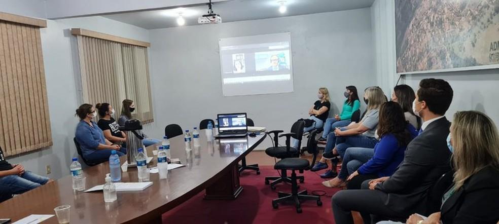 Damares Alves participou de reunião entre representantes  Ministério da Mulher, da Família e dos Direitos Humanos e a administração municipal de Saudades (SC) — Foto: SNDCA/Divulgação