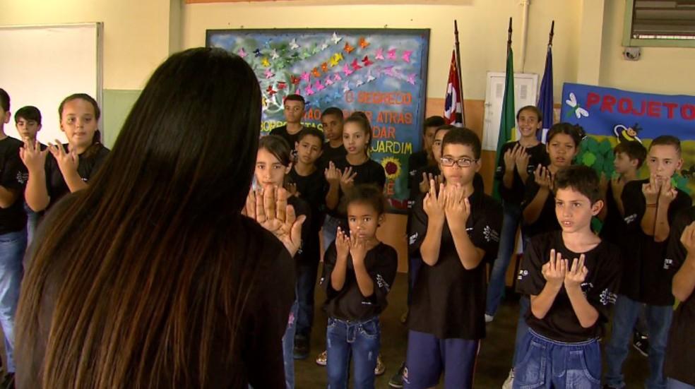 Alunos cantores acompanham a tia Damiana durante apresentação do coral em Jaboticabal, SP (Foto: Carlos Trinca/EPTV)