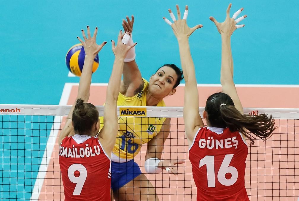 Tandara tentou, mas não conseguiu levar Brasil à final (Foto: Divulgação FIVB)