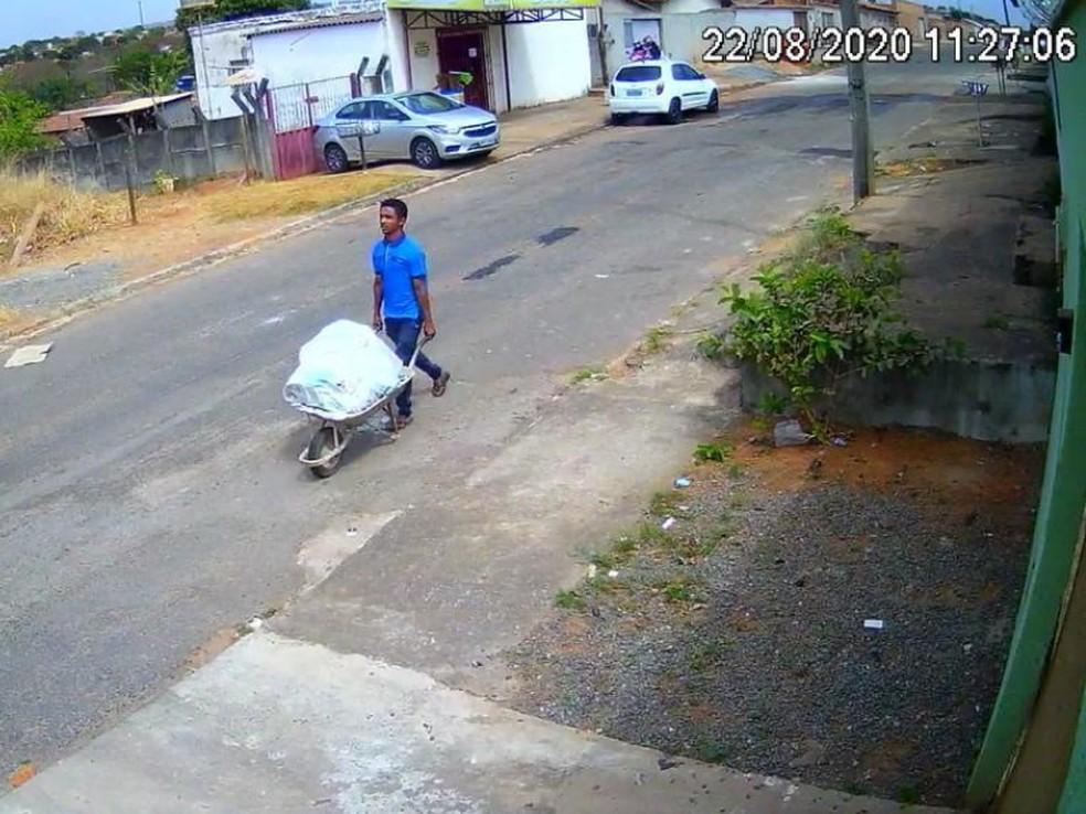 Homem é flagrado carregando corpo em carrinho de mão, em Aparecida de Goiânia — Foto: Polícia Civil/Divulgação
