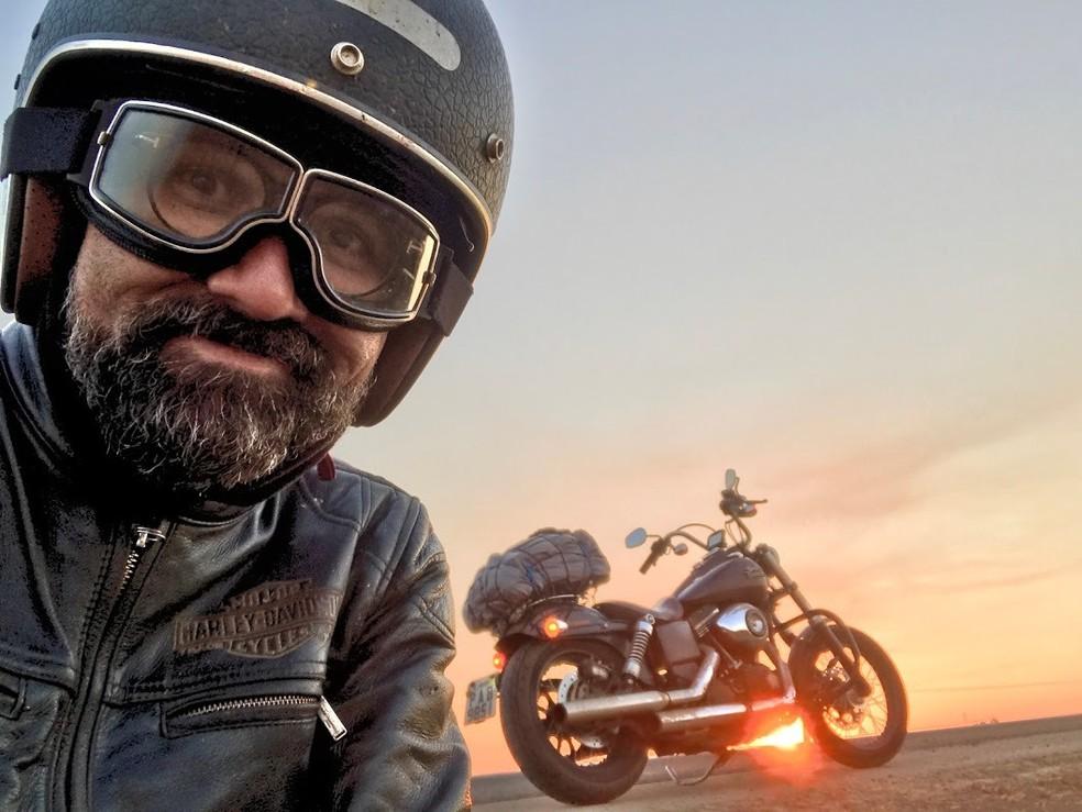 Manu Militão, de 53 anos, vai percorrer 42 mil km de moto de Brasília até o Alasca — Foto: Arquivo pessoal