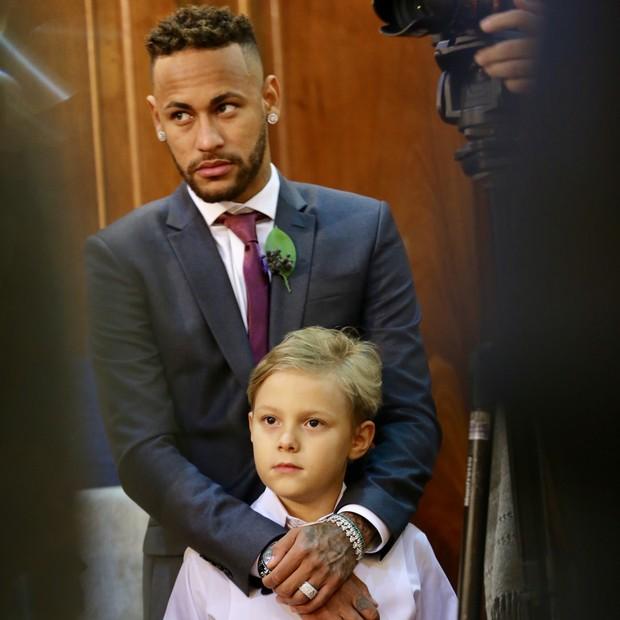 Neymar e o filho   (Foto: Manuela Scarpa/Brazil News)