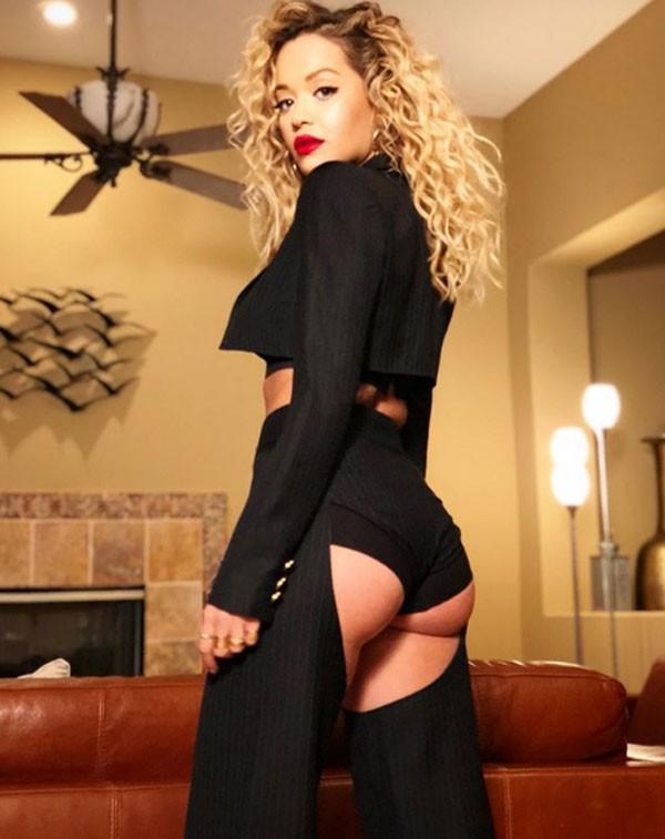 Rita Ora exibe look nos bastidores do Coachella (Foto: Reprodução/Instagram)