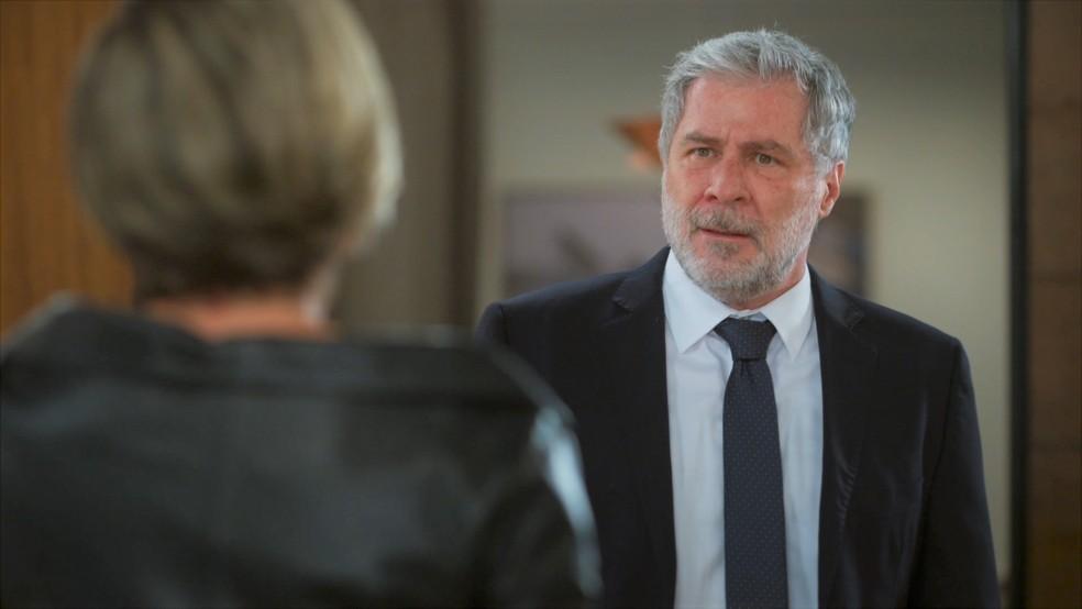 Hugo (Leopoldo Pacheco) fica nervoso ao saber que Helena (Flávia Alessandra) levará Luna (Juliana Paiva) para fora do país em 'Salve-se Quem Puder' — Foto: Globo