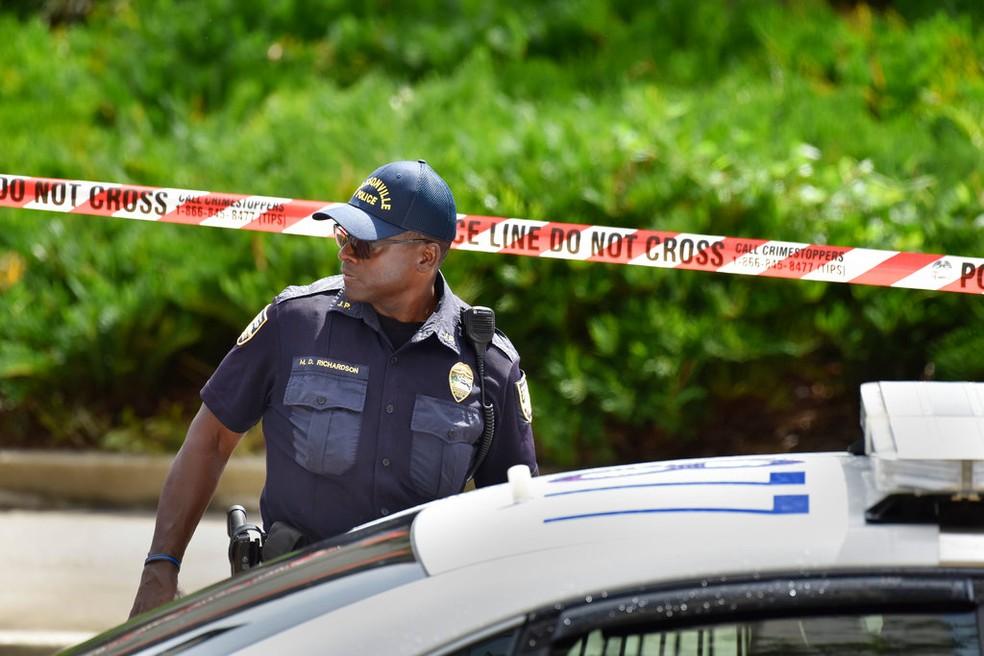 Policial perto da cena do crime em Jacksonville (Foto: AP )