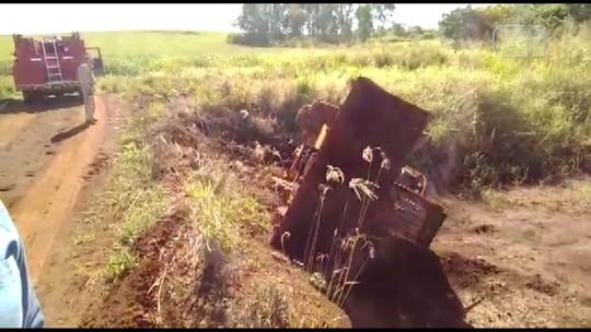 Mulher morre após caminhão tombar em estrada rural de Jataizinho