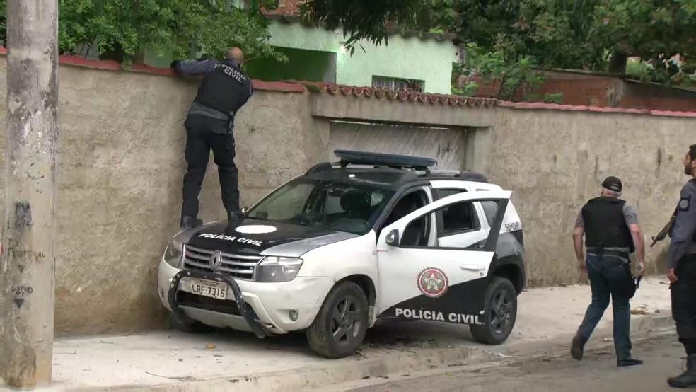 Policiais tentam cumprir mandados contra integrantes do Bonde do Ecko, a maior milícia em atividade no RJ — Foto: Reprodução / GloboNews