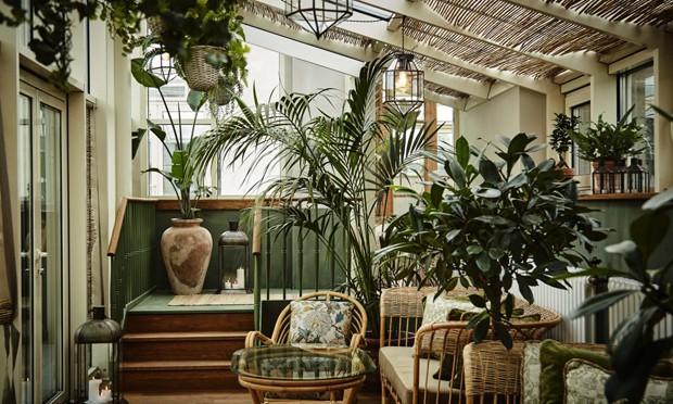 Décor do dia: Terraço com móveis de bambu e muitas plantas (Foto: Divulgação)