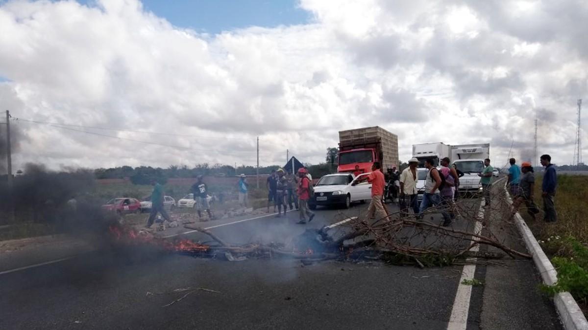 Protestos do MST interditam estradas federais na Paraíba