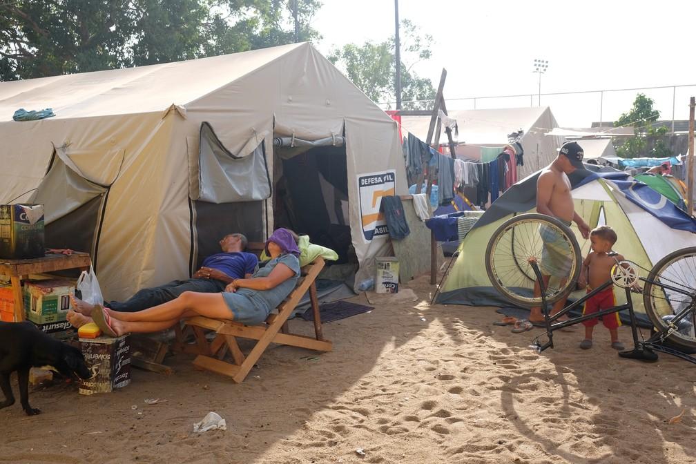Ginásio improvisado como abrigo tem 'favela' na parte externa  (Foto: Inaê Brandão/G1 RR)
