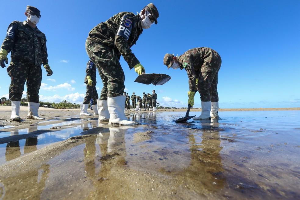 30 de outubro - Militares do 4° Batalhão de Polícia do Exército (BPE) fazem mutirão para retirada dos resíduos de óleo na praia de Peroba, em Maragogi (AL) — Foto: Leandro de Santana/Agência Pixel Press via Estadão Conteúdo