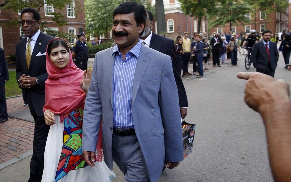 Foto de Malala ao lado do pai, Ziauddin Yousafzai, quando chegaram em Cambridge para um discurso em setembro de 2013 — Foto: Jessica Rinaldi/AP