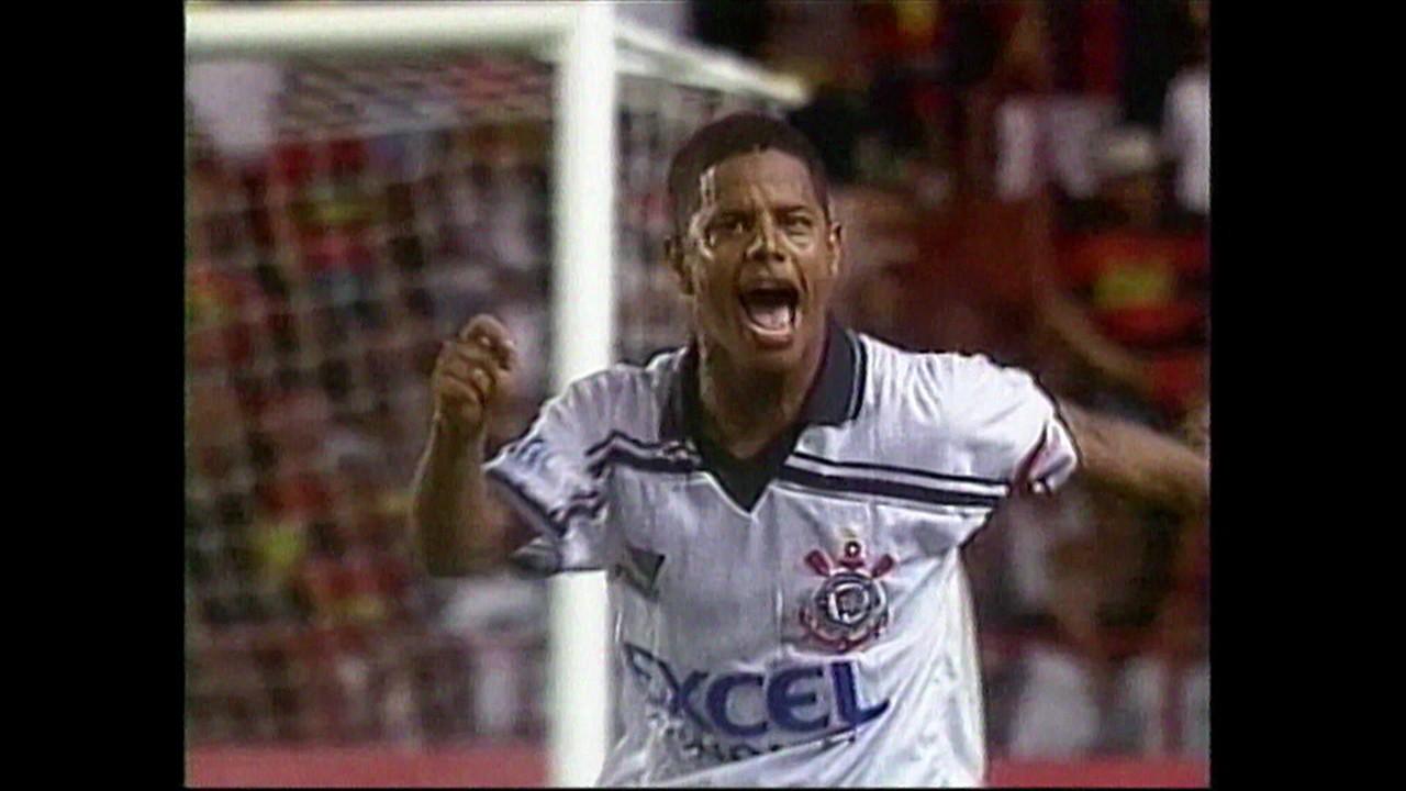 Marcelinho Carioca 'acaba com jogo' e marca dois gols da vitória do Timão em 1998