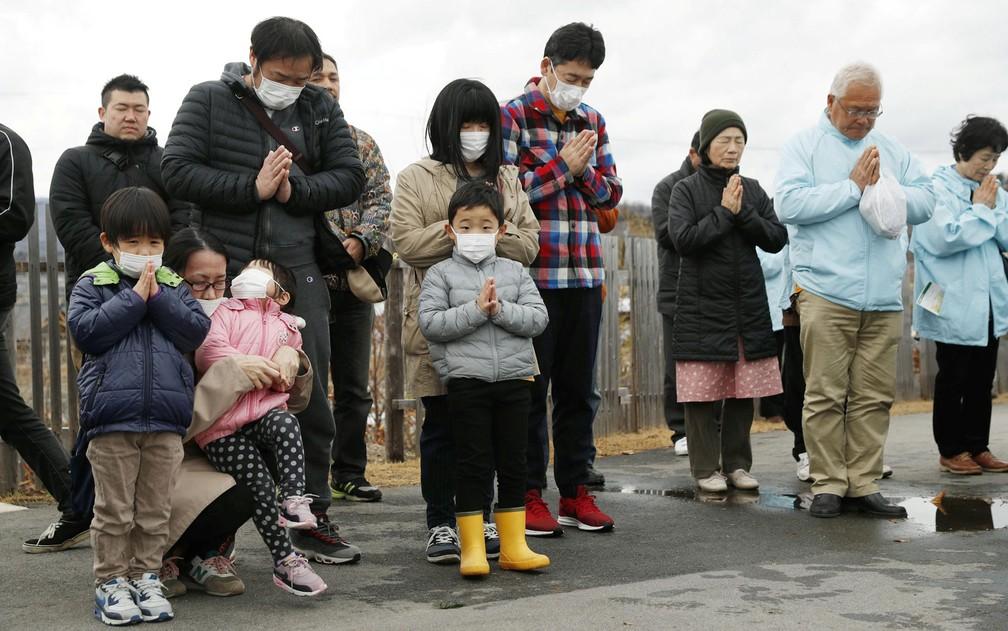 Homenagem às vítimas do terremoto e do tsunami que mataram milhares de pessoas em Fukushima — Foto: Kyodo/via Reuters