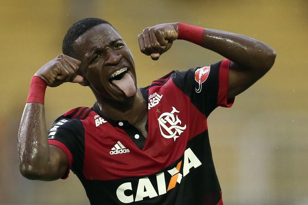 Vinicius Júnior faz gesto de chororô em Flamengo 3 x 1 Botafogo pela Taça Guanabara (Foto: André Mourão / Estadão Conteúdo)