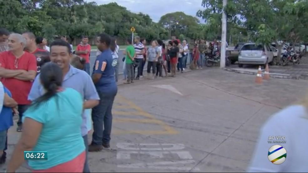A Casa da Democracia abre às 8h e moradores chegaram ao local desde às 3h (Foto: TV Centro América)