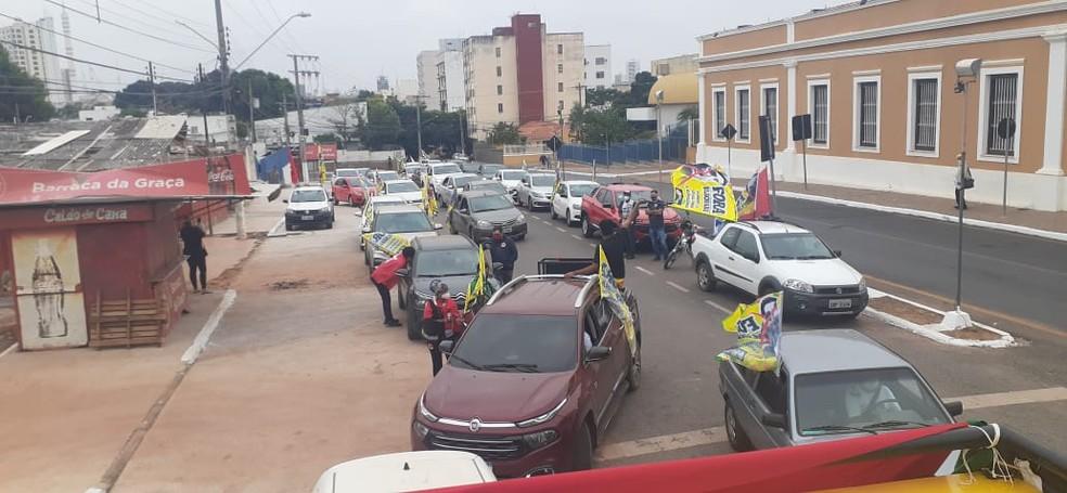 Manifestantes fazem carreata contra o Bolsonaro e a favor da vacina pelo Centro de Cuiabá neste sábado (19). — Foto: César Nunes