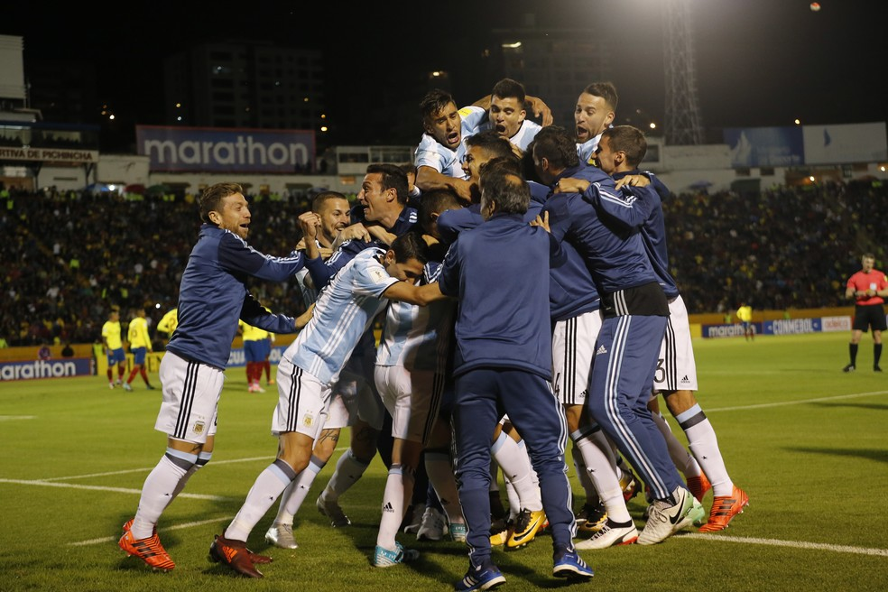 Jogadores da Argentina comemoram no Estádio Olímpico Atahualpa (Foto: Fernando Vergara/AP)