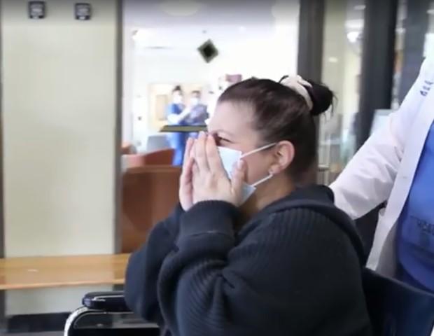 Christina se emociona ao reencontrar o marido (Foto: Hospital Universitário de Staten Island)