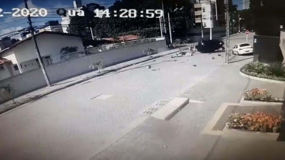 Motociclista é arremessado após atingir carro em cruzamento em Natal — Foto: Reprodução