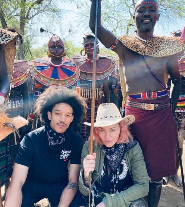 A cantora Madonna com o namorado na viagem recente dela à África (Foto: Instagram)