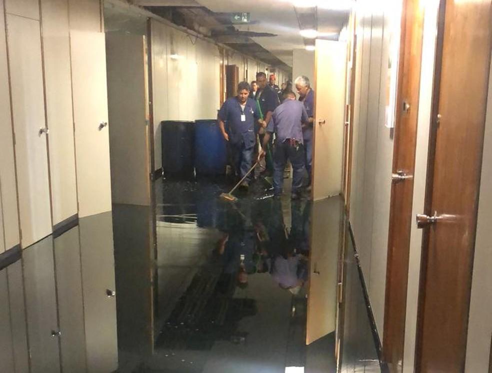 Funcionários secam piso após vazamento na Câmara dos Deputados — Foto: Fernanda Calgaro/G1