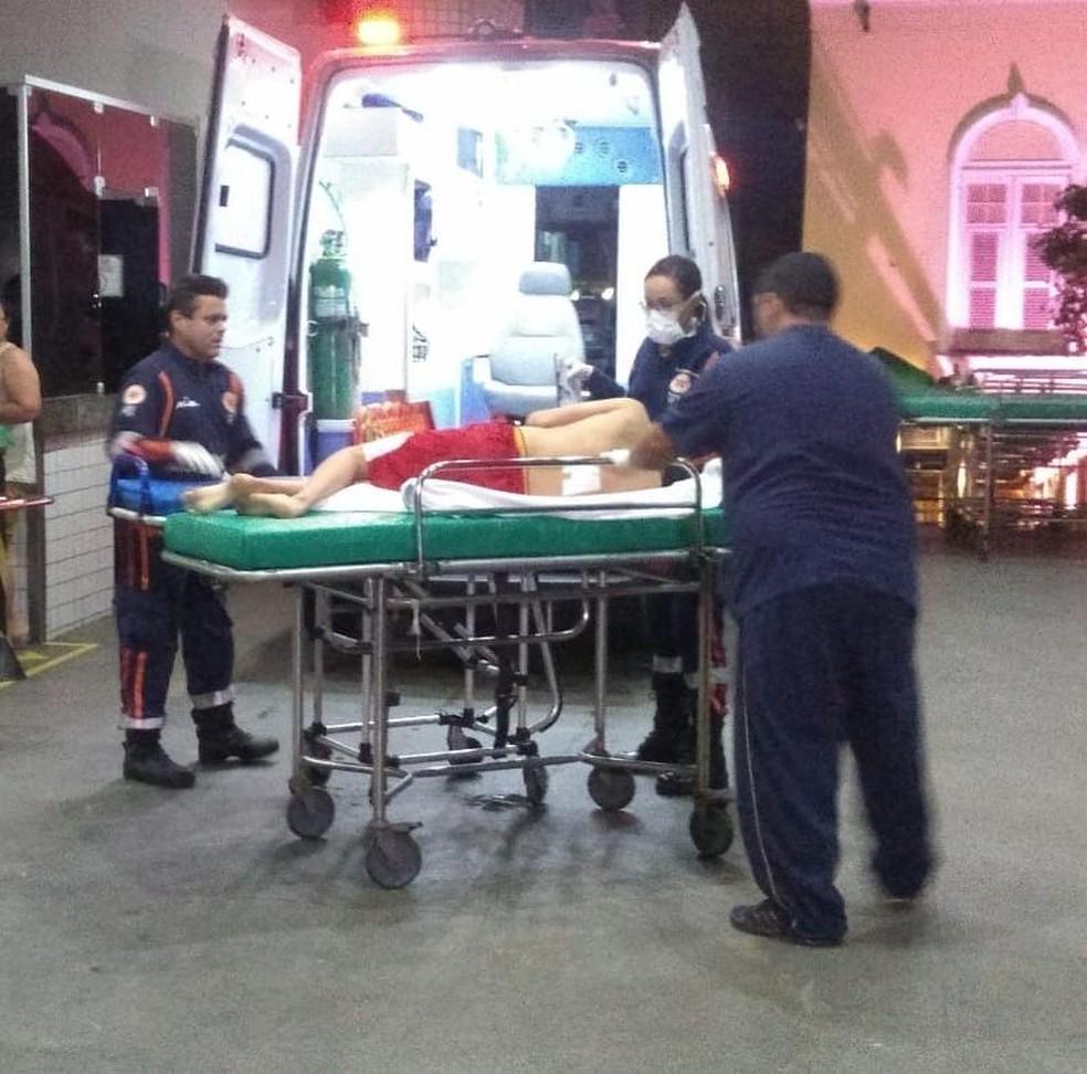 Dois jovens baleados foram transferidos em uma ambulância do Samu para o IJF. — Foto: Arquivo pessoal