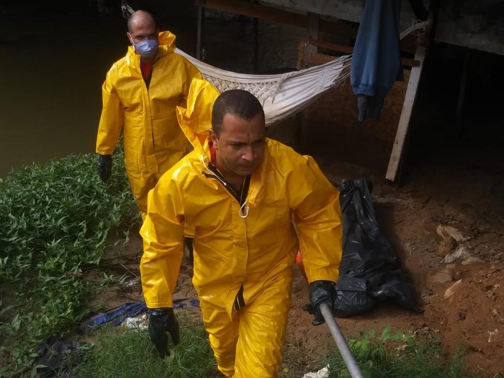 Bombeiros resgatam corpo em córrego na avenida Jorge Amado, em Salvador — Foto: Corpo de Bombeiros/Divulgação