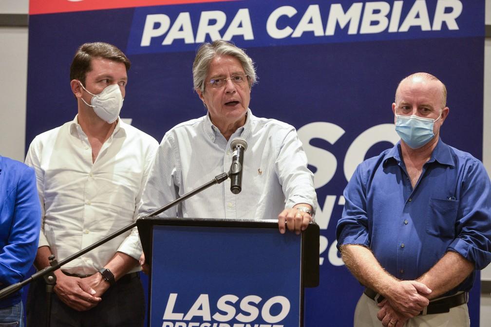 Guillermo Lasso, candidato a presidente do Equador, dá entrevista coletiva em 8 de fevereiro — Foto: Jose Sanchez Lindao/AFP