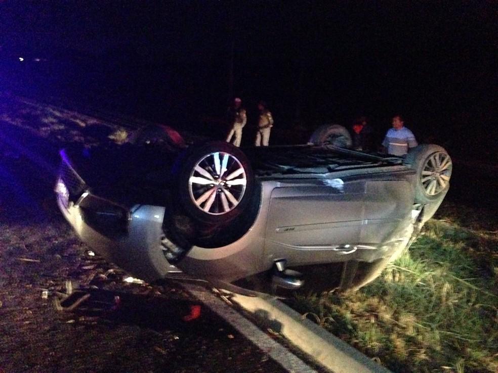 Quatro pessoas ficam feridas após carro capotar na MT-040 (Foto: Leandro Agostini/Centro América FM)