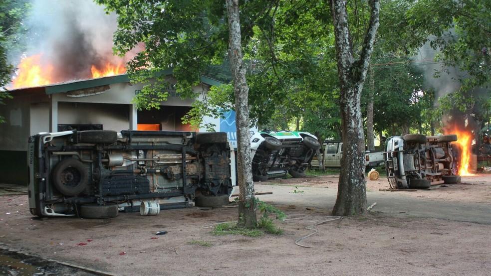 Carros do Ibama também foram depredados (Foto: Raolin Magalhães/Rede Amazônica)