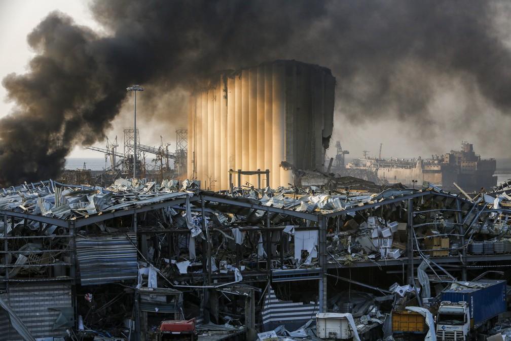 Zona portuária de Beirute, no Líbano, após grande explosão nesta terça-feira (4) — Foto: Marwan TAHTAH/AFP