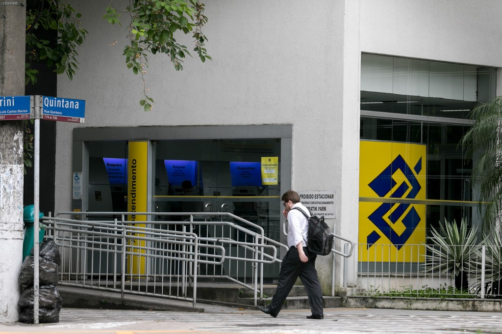 Homem passa por agência do Banco do Brasil na Zona Sul de São Paulo — Foto: Marcelo Brandt/G1