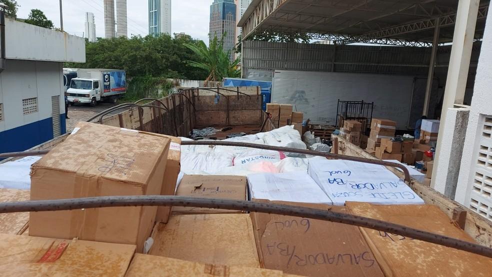 Carreta carregada com produtos falsificados é apreendida dentro de galpão em Salvador — Foto: Divulgação / Sindcpoc