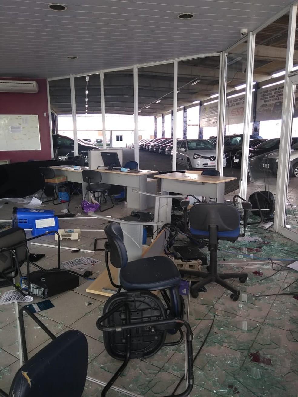 Imagens mostram o estrago no estabelecimento, que teve vidros quebrados, mesas destruídas, lixeiras, mesas, cadeiras, computadores e teclados jogados no chão — Foto: Reprodução/WhatsApp
