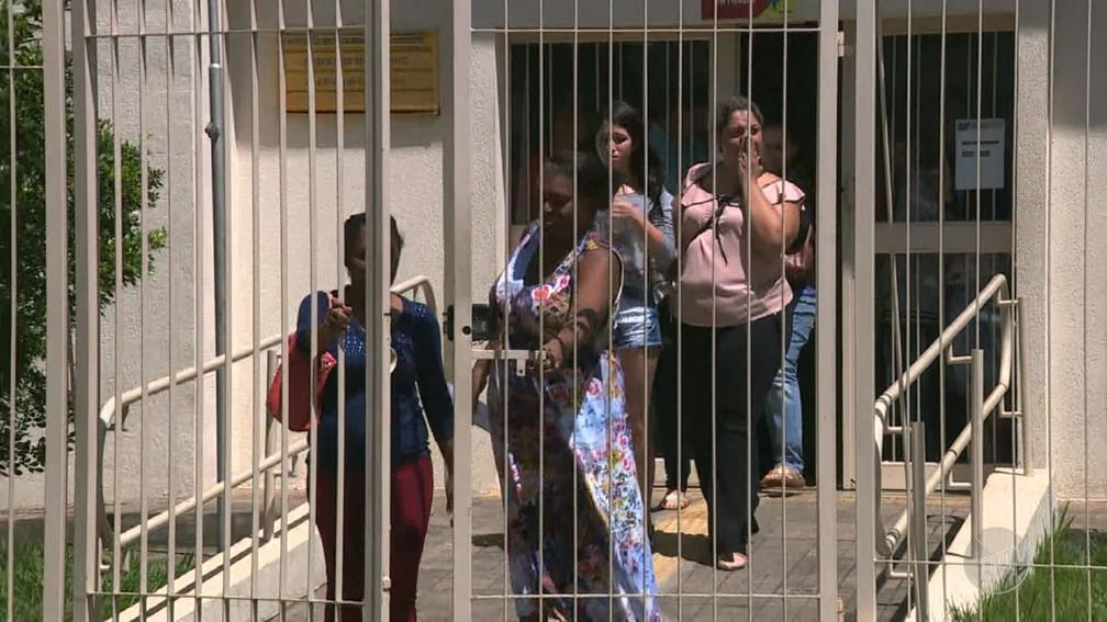 Reféns deixam agência dos Correios em Santa Bárbara D'Oeste (Foto: Reprodução/EPTV)