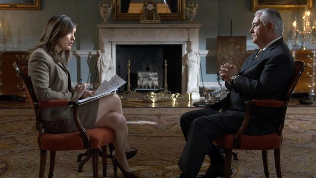 Secretário de Estado dos EUA, Rex Tillerson, dá entrevista a jornailsta da CBS (Foto: Reprodução/ Twitter/ Department of State)