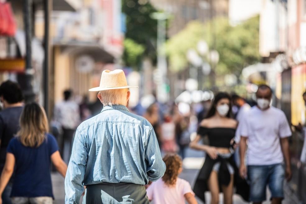 Idosos estão no grupo de risco e precisam de cuidados especiais — Foto: Diorgenes Pandini/NSC