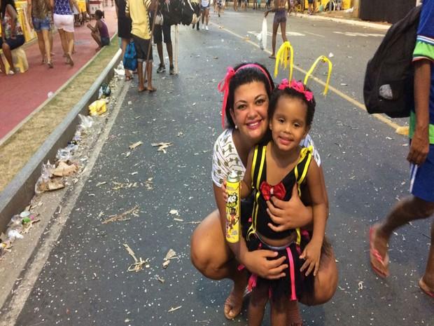 Psicóloga Monalisa Viana curtiu a folia até o fim, com a filha de 2 anos (Foto: Juliana Almirante/ G1)