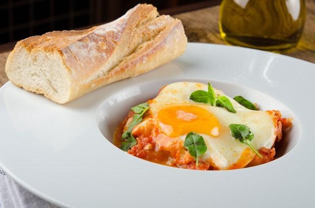 Para comer com pão: ragu de linguiça com ovo mole (Foto: Divulgação)