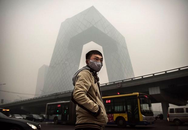 Chinês usa máscara para se proteger da poluição em Pequim (Foto: Kevin Frayer/Getty Images)