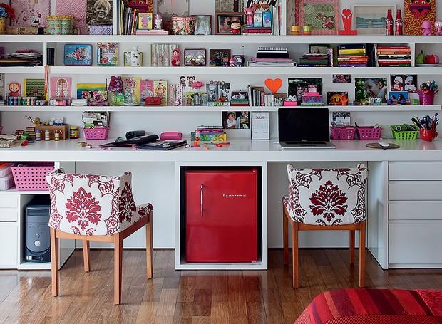 O quarto de 30 m² é o lugar onde a publicitária Andréa Siemsen se dedica ao hobby: a montagem e decoração de álbuns fotográficos. Prateleiras com divisórias aleatórias e assimétricas deixam o local organizado, mas sem cara de escritório (Foto: Pedro Abude/Editora Globo)