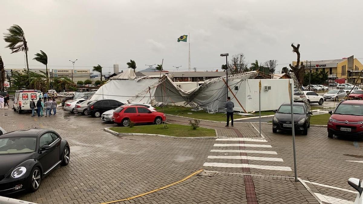 Fortes ventos e chuva provocam estragos em cidades de SC – G1